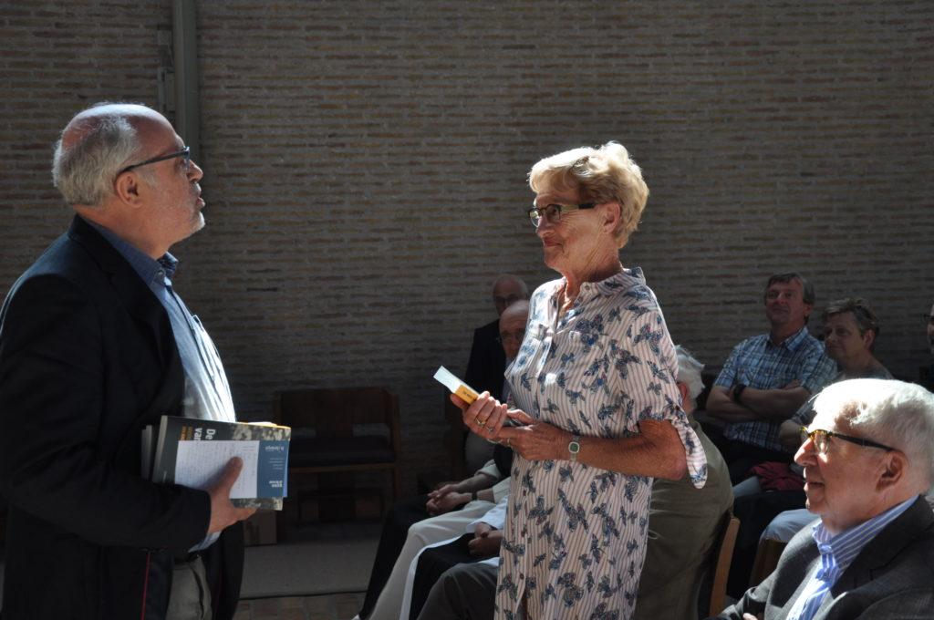 Toon Osaer overhandigde een boek aan Lieve Louf, de zus van André Louf.