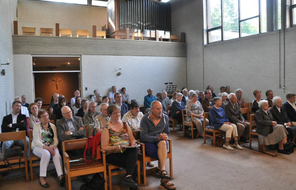 Een volle kerk in de abdij in Bonheiden.