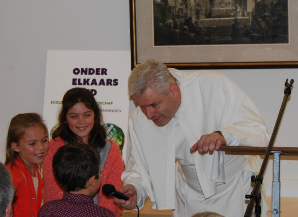 Prior Johan Goossens werd bij zijn welkomstwoordje geassisteerd door de kinderen van de auteur.
