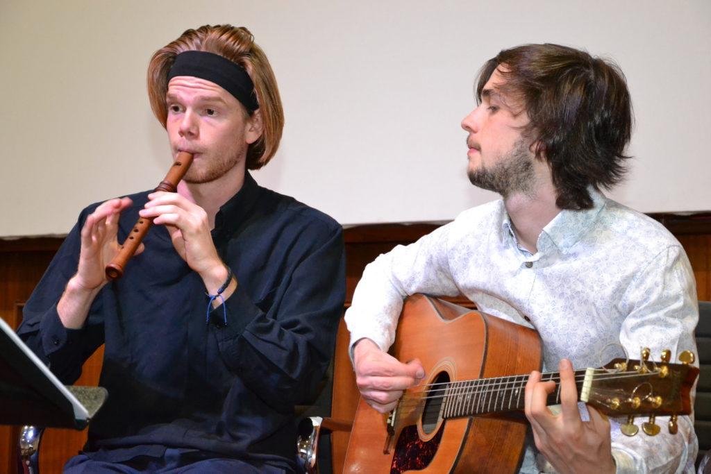 Het Jacobus Duo, Tim Wuyts op de blokfluit en Dries De Mayer met gitaar, zorgde voor een fijne muzikale omlijsting