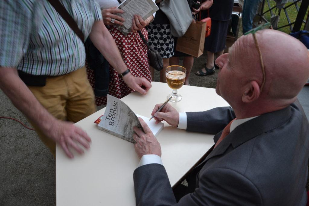 En de auteur signeerde...