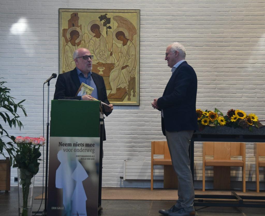 Toon Osaer overhandigt een exemplaar van het boek aan de auteur
