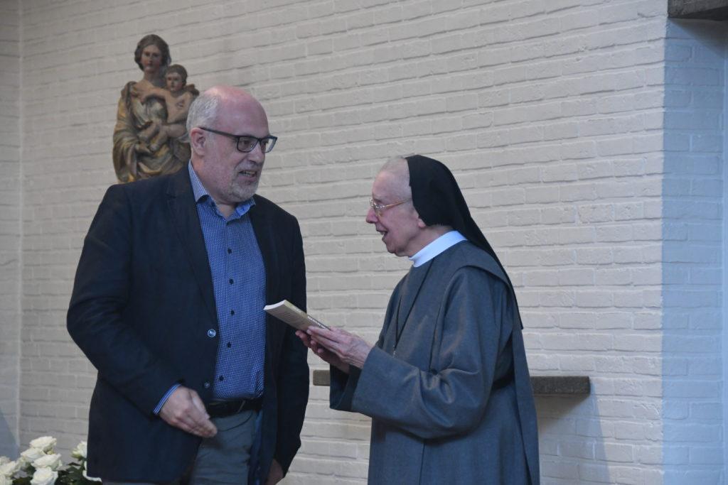 Ook de abdis van de abdij Bethlehem kreeg een exemplaar.