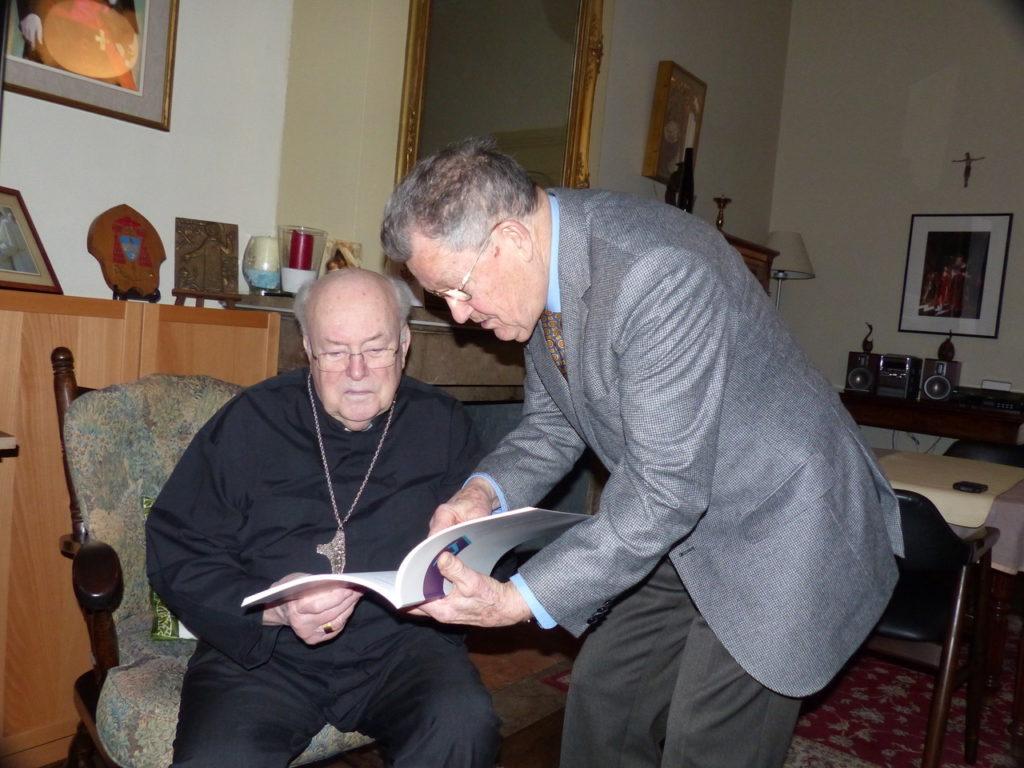 Kardinaal Danneels Ontvangt Een Exemplaar Van Het