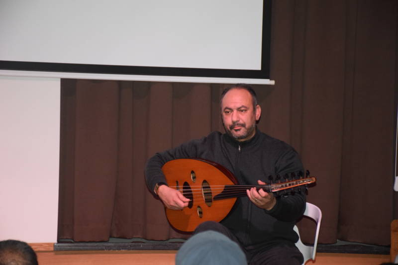 Azzouz El Houri luistert het geheel muzikaal op met zijn luit
