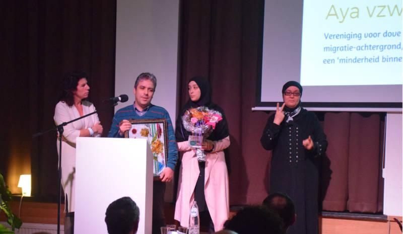 Staatssecretaris Bianca Debaets overhandigt de prijs aan de mensen van AYA vzw